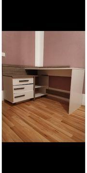 Weissgrauer L-förmiger Schreibtisch