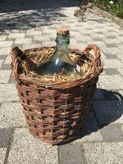 Korbflasche aus Glas mit Weidengeflecht