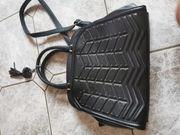 Schöne elegante schwarze Handtasche