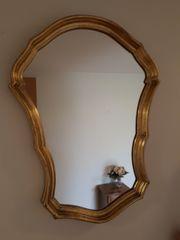 Spiegel im antiken Goldrahmen