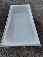 Badewanne mit inkludierten Duschbereich sowie