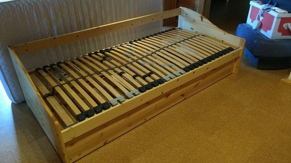 Holzbett mit Lattenrost und zusätzlicher