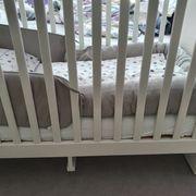 Babybett in weiss mit Matratze