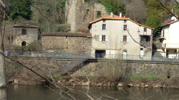 Altes Steinhaus am Ufer des