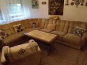 Wohnzimmerlandschaft mit Sessel und Tisch