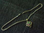 Goldfarbene Halskette mit kleinem Blumenkörbchen