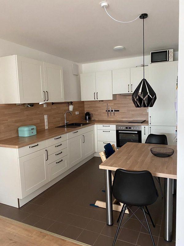 neuwertige L-Küche mit Esstisch