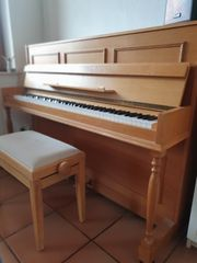 Klavier der Marke Calisia