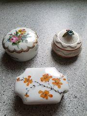 Drei kleine Schmuckschatullen aus Porzellan