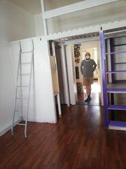 Selbstgebautes Hochbett mit Regalen und