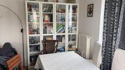 Satz verschiedener Möbel Kleiderschrank Schreibtisch