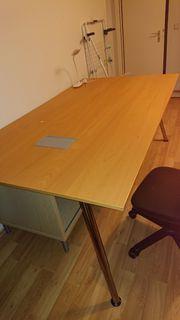 Großer Schreibtisch höhenverstellbar mit Kabeldurchgang