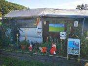 Feststehender Wohnwagen mit angebautem Vorzelt