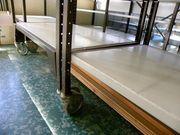 Rollbare Lagerregale und Tisch