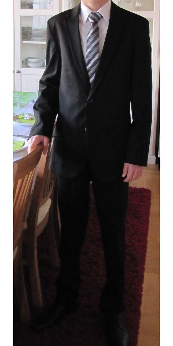 Schwarzer schmaler hochwertiger Anzug für