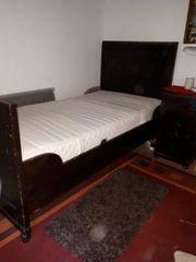 Antikes Bett und Nachttisch
