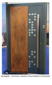 Aluminium-Haustür mit korrodiertem Cortenstah von