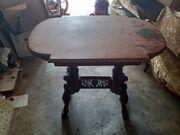 Antiker Tisch mit Holzschnitzereien