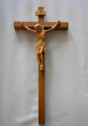 Holzkreuz mit Jesusfigur geschnitzt Höhe