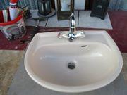 Waschbecken mit Armatur und Spiegel