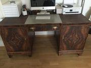 Alter massiver Schreibtisch