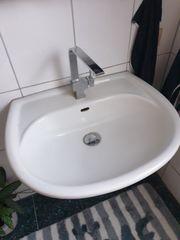 3 Waschbecken mit Armaturen