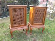 Zwei alte Boxenschränke