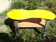 Gelber niedriger Couch Spiel Tisch