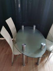 Trendiger Esstisch und 4 Stühle