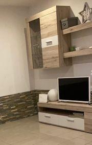 Wohnwand mit passendem Wohnzimmertisch