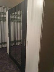Schlafzimmer Kleiderschrank zwei große Seite