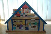 Puppenhaus aus Holz mit sehr