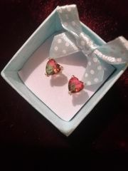 Herz-Ohrringe mit rotgrünem Stein