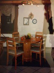 Tisch rund oval mit Stühlen