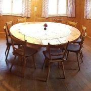 runder Tisch aus Altholz