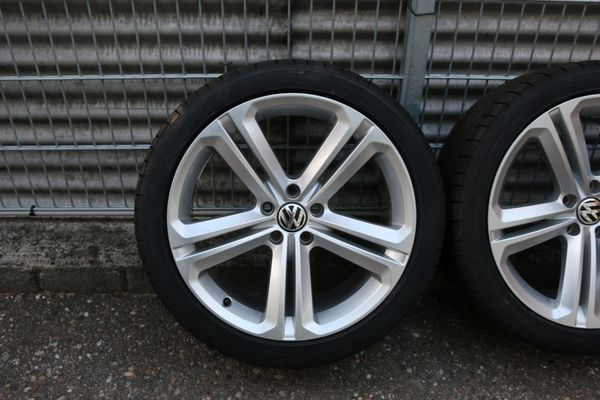 VW Tiguan 5N Original Sommerräder Alufelgen 5N0601025T R-Line 255/40 R19 - Elchesheim-illingen - biete Original VW R-Line Sommer-Komplettradsatzdie passen auf folgende FahrzeugeTiguanFELGENHersteller: VWTeilenummer: 5N0601025TGröße: 9x19Lochzahl-/kreis: 5/112Einprestiefe: 33REIFENHersteller: Dunlop Sp Sport Maxx GTSpezifikatio - Elchesheim-illingen