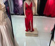 Modernes Abendkleid in rot