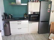 Neuwertige Hochglanzküche mit E-Geräten