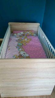 Kleiderschrank und Babybett mit allem