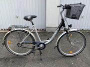 Zwei Fahrräder mit tiefen Einstieg