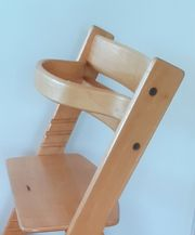 Kinderhochstuhl aus Holz mit Holzbügel