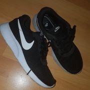 getragene Damen Sport Schuhe Nike