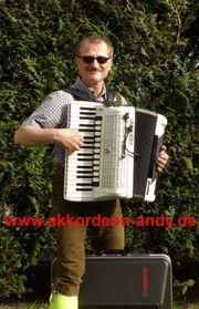 Akkordeonspieler für kleine private Oktoberfeste