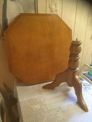 Holztisch mit 8-eckiger Tischplatte