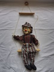 Clownfigur auf Schaukel