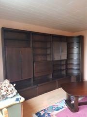 Wohnzimmerschrank und Tisch