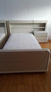 Bett mit Lattenrost und Nachtkonsole