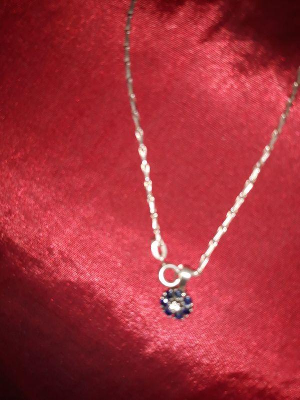 Ebtzückendes Necklace mit Saphir Anhänger