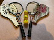 Tennisschläger mit Hüllen und drei