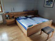 Elegantes Massivholz Schlafzimmer Bett Nachttische